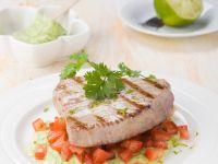 Kurzgebratener Thunfisch auf Avocado-Tomaten-Bett Rezept