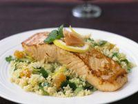 Lachs auf Couscous mit Gurke und Aprikose Rezept