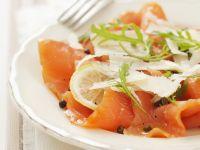 Lachs-Carpaccio mit Parmesan und grünem Pfeffer