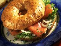 Lachs-Frischkäse-Bagel mit Zwiebeln Rezept