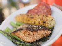 Lachs, Maiskolben und Gemüse vom Grill Rezept