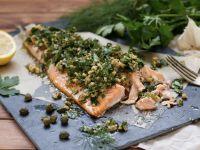 Lachs mit Kräuter-Walnuss-Salsa