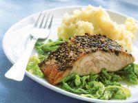 Lachs mit Pfefferkruste, Selleriepüree und Wirsingemüse Rezept