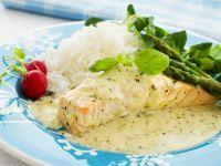 Lachsfilet mit grünem Spargel und Kräutersoße Rezept