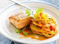 Lachs mit Zucchini-Tomatennudeln Rezept