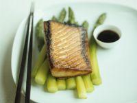 Lachs nach Teriyaki-Art mit Spargel und Sojasoße Rezept