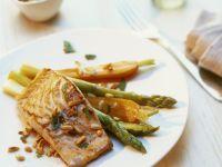 Lachsfilet mit grünem Spargel, Möhren und Pinienkernen Rezept