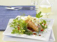 Lachsfilet mit Ziegenkäsehaube und Kräutern Rezept