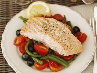 Lachsfilet und Tomaten-Oliven-Salat mit grünen Bohnen Rezept