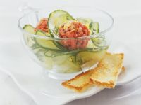 Lachsklößchen mit Gurkensalat und Toast Rezept