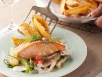 Lachsschnitte mit Gemüse und Pommes Rezept