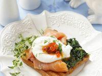 Lachstoast mit pochiertem Ei und Spinat Rezept