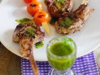 Lammchops vom Grill mit Pesto und Tomatenspießen Rezept