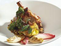 Lammhaxe mit grünem Pesto, Salbei und verschiedenem Gemüse Rezept