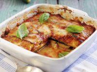 Lasagne aus Zucchini, Mozzarella, Tomaten und Basilikum