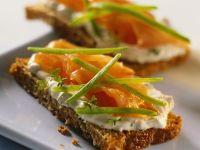 Leinsamenbrot mit Magerquark und geräuchertem Lachs Rezept