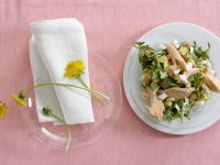 Löwenzahnsalat mit Ei, Avocado und geräuchertem Fisch Rezept
