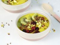Mango-Smoothie-Bowl mit Kiwi
