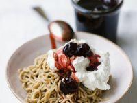 Maroni-Dessert mit Amarenakirschen und Schlagsahne (Monte bianco)