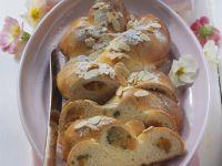 Marzipan-Hefezopf mit Aprikosen