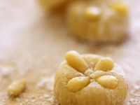 Marzipan-Pinienkern-Konfekt Rezept