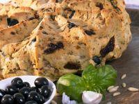Mediterranes Brot mit Oliven und getrockneten Tomaten Rezept