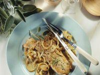 Mediterranes Schnitzel mit Zwiebeln und Kräutern