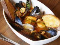 Meeresfrüchtesuppe mit Röstbrot Rezept