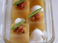 Melonenhäppchen mit Lachstatar, Lauchzwiebeln und Schmand Rezept