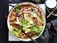 Mexikanischer Reis-Hack-Topf mit Avocado und Bohnen Rezept