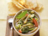 Minestrone mit Nudeln und grünem Pesto