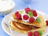 Mini-Pfannkuchen mit Joghurt und Himbeeren