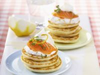 Mini Pfannkuchen mit Räucherlachs und Schmand (Blinis) Rezept