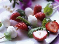 Mozzarella und Erdbeeren am Spieß