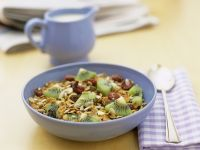 Müsli mit Trockenfrüchten und Kiwi