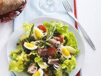 Nizzasalat mit Thunfisch, Oliven und Eiern