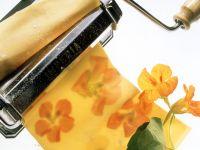 Nudeln herstellen mit Kapuzinerkresse Rezept