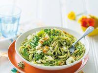 Nudeln mit grünem Pesto und Schafskäse Rezept