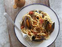 Nudeln mit Muscheln und Tomaten Rezept