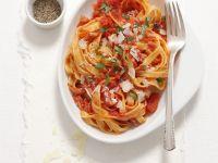 Nudeln mit scharfer Tomaten-Speck-Sauce (Amatriciana) Rezept