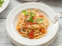 Nudeln mit Tomaten und Kresse