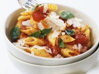 Nudeln mit Tomatensauce, Parmesan und Basilikum Rezept