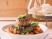 Nudeln mit Tomatensauce und Frikadellen Rezept