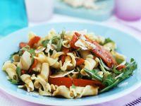 Nudelsalat auf mediterrane Art mit Paprika, Rucola und Parmesan Rezept