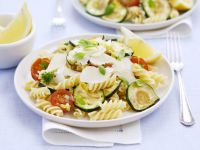 Nudelsalat mit Gemüse und Parmesan Rezept