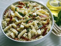 Nudelsalat mit Peccorino und Salami Rezept