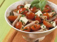 Nudelsalat mit Tomaten und Mozzarella