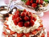 Nuss-Baiser-Torte mit Erdbeeren