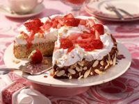 Nuss-Brot-Torte mit Vanillesahne und Rhabarber