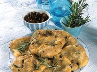 Oliven-Rosmarin-Pizzafladen mit Mozzarella Rezept